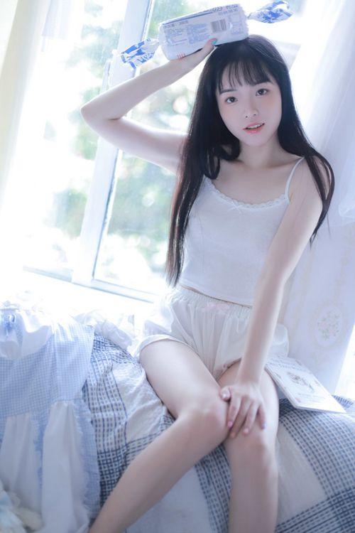 美女吊带热裤丰满白皙艺术照_WWW.66152.COM