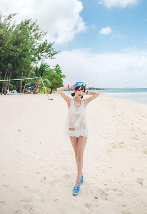 比基尼马甲线骨感美女沙滩图片_WWW.66152.COM