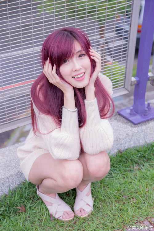 酒红色长发骨感美腿美女少妇_WWW.66152.COM