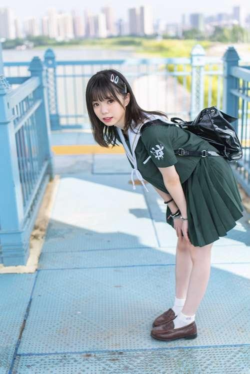 校园制服少女养眼小清新清纯户外眼镜娘图片_WWW.66152.COM