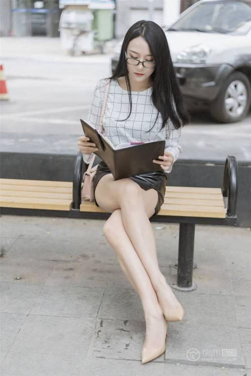 大奶子包臀裙美女街拍眼镜娘美腿人体艺术图片_WWW.66152.COM