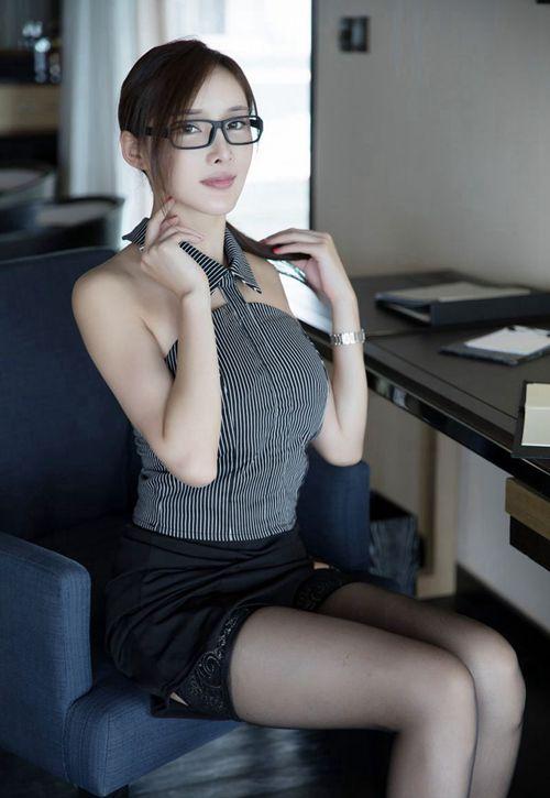 理工科眼镜美女吊带黑丝袜撩裙挑逗诱惑图片_WWW.66152.COM