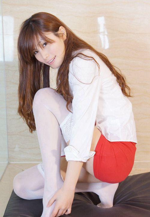 眼镜御姐包臀裙吊带白丝抚媚女人裸照艺术图片_WWW.66152.COM
