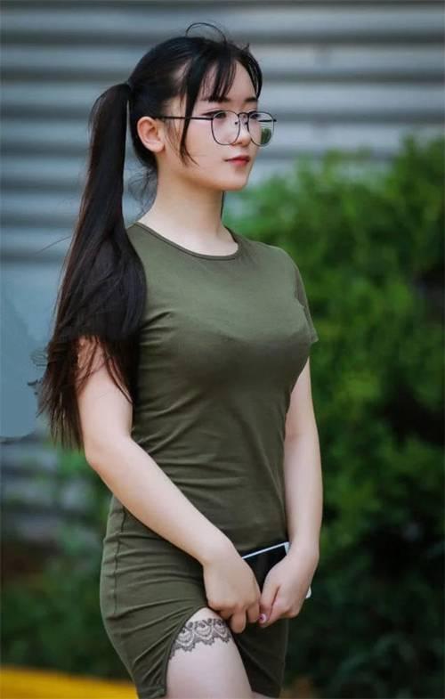 微胖眼镜美女紧身连衣裙双峰凸显 白嫩大腿蕾丝花边_WWW.66152.COM
