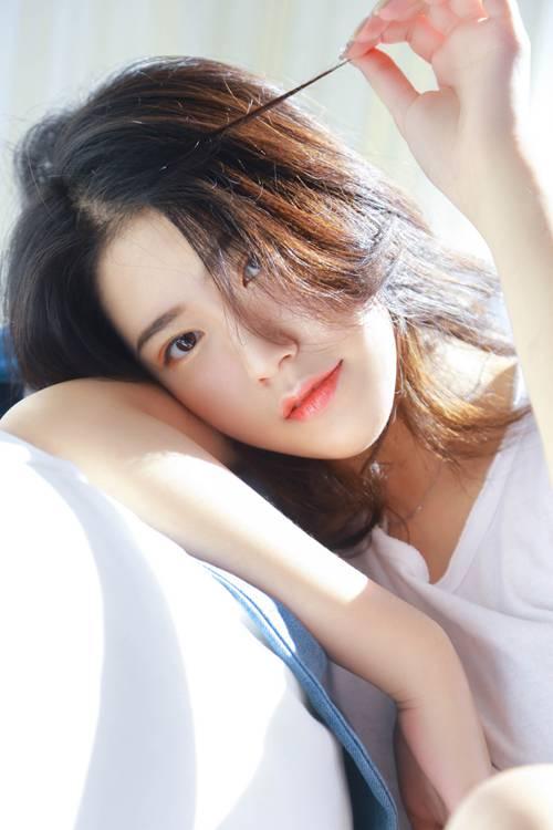 阳光下的素颜美女白丝美腿图片_WWW.66152.COM