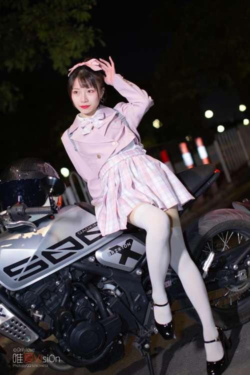靓丽车模白丝美腿制服诱惑私拍_WWW.66152.COM