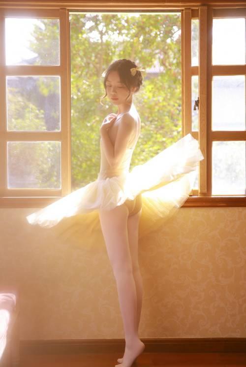 舞蹈美女白丝美腿室内个人写真_WWW.66152.COM