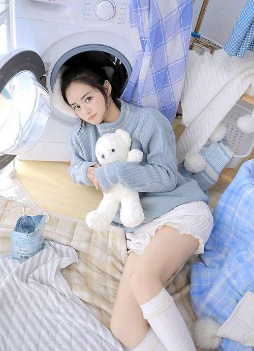 超短裤小姐姐白丝美腿居家图片_WWW.66152.COM