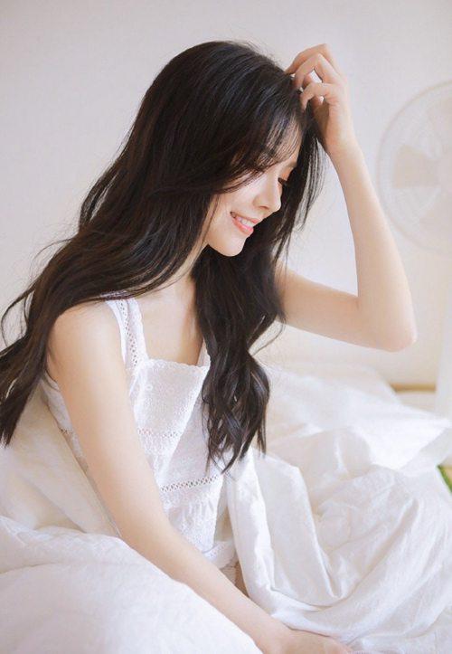 床上美女白丝美腿室内个人写真_WWW.66152.COM