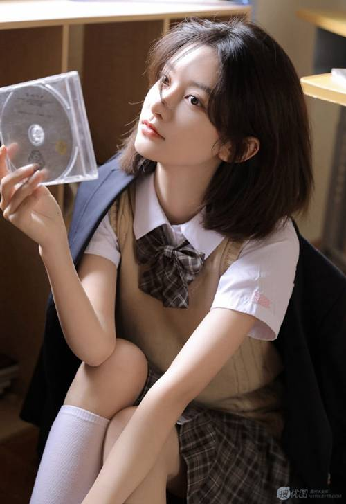 短发美女学生制服白丝美腿图片_WWW.66152.COM