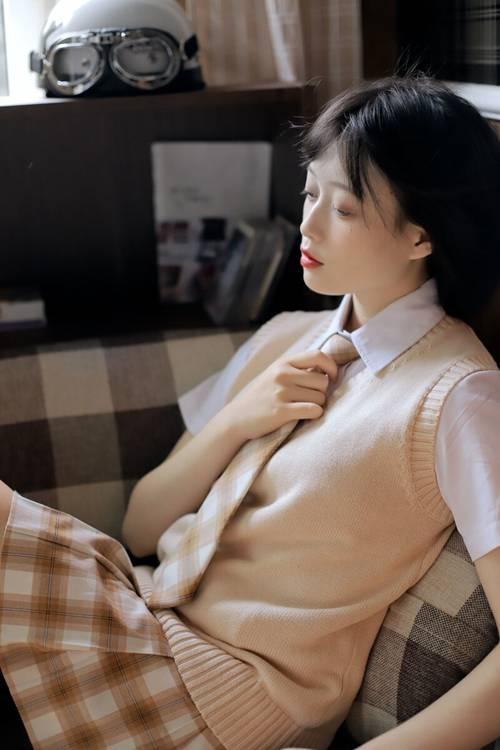 白丝格子裙妹子漂亮美女图片_WWW.66152.COM