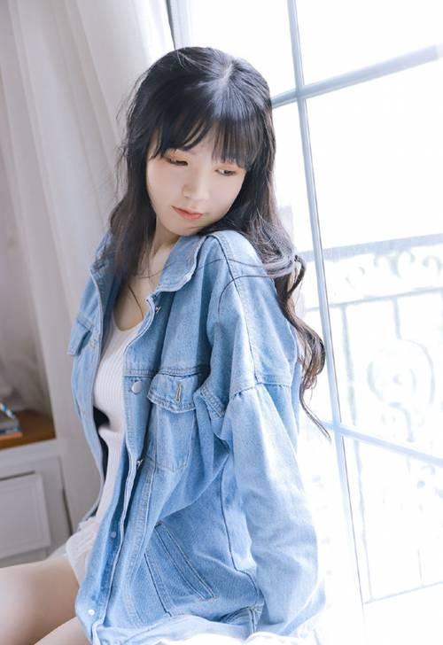 白丝长腿美眉温柔无害可爱图片_WWW.66152.COM