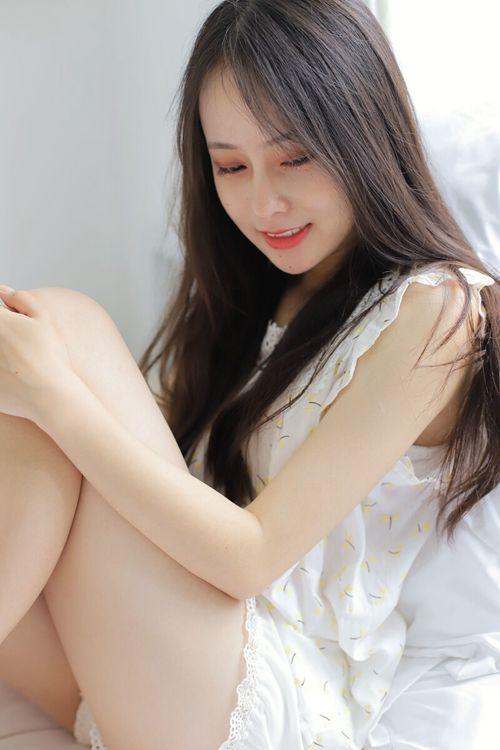 邻家小妹唇红齿白迷人艺术照_WWW.66152.COM