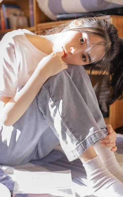 邻家女孩性格慵懒女生图片_WWW.66152.COM