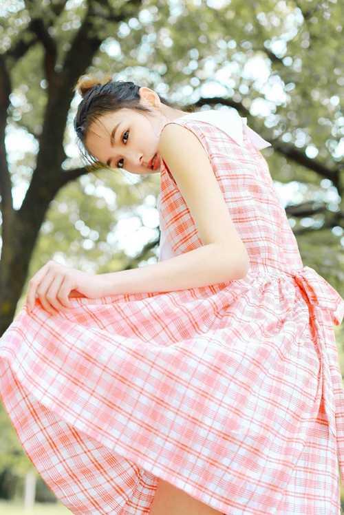 邻家大姐姐粉嫩格子裙白皙面孔养眼清纯图片_WWW.66152.COM