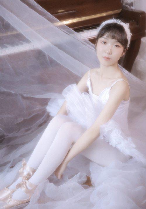 娇媚可人的邻家小妹白丝蕾丝裙美女香肩美颈诱人艺术照_WWW.66152.COM