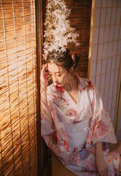 日系和服美女阳光下漂亮美女图片_WWW.66152.COM