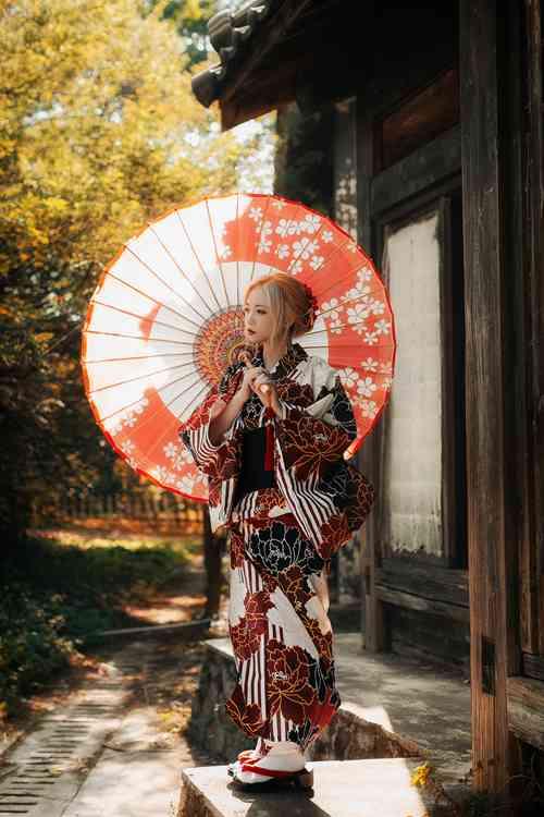 姿态优雅显气质的和服美女户外拍摄唯美日系图片_WWW.66152.COM