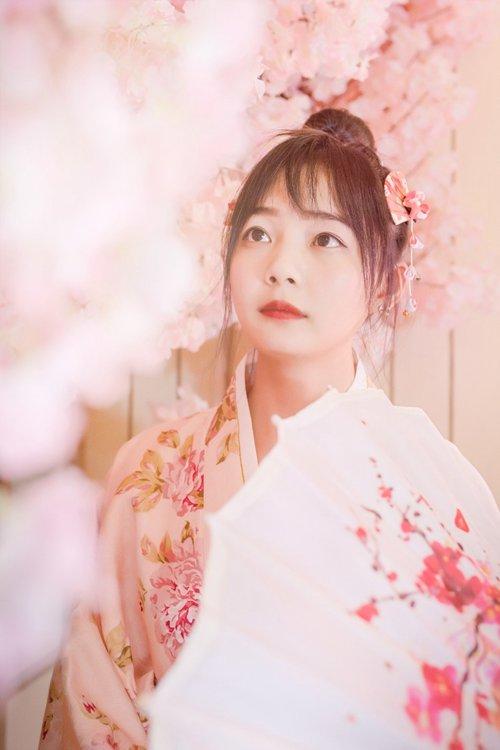 日系美女身着粉嫩少女感和服气质唯美养眼古风摄影图片_WWW.66152.COM