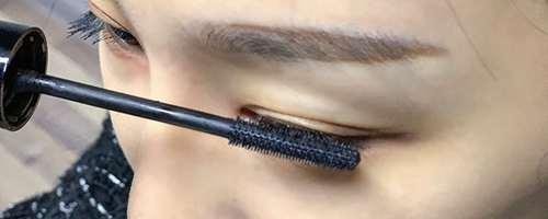 白色睫毛膏的正确刷法_WWW.66152.COM