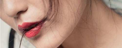 化妆眼角和嘴唇起皮怎么办_WWW.66152.COM