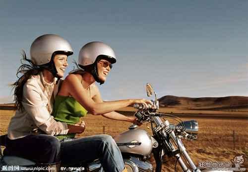 大晚上摩托车撞车车祸图片_WWW.66152.COM