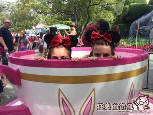 网友盘点出迪士尼游客拍照姿势大全_WWW.66152.COM