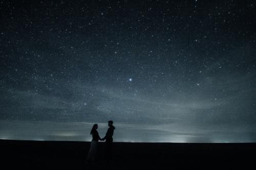 晚上甜蜜情侣牵手真实图片_WWW.66152.COM