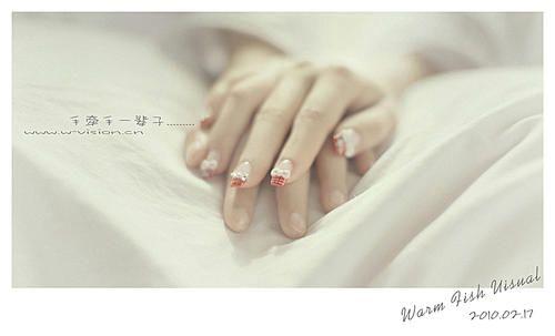 情侣牵手在床上的图片_WWW.66152.COM