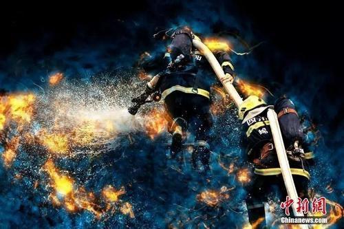 灾难中最美的逆行者图片_WWW.66152.COM