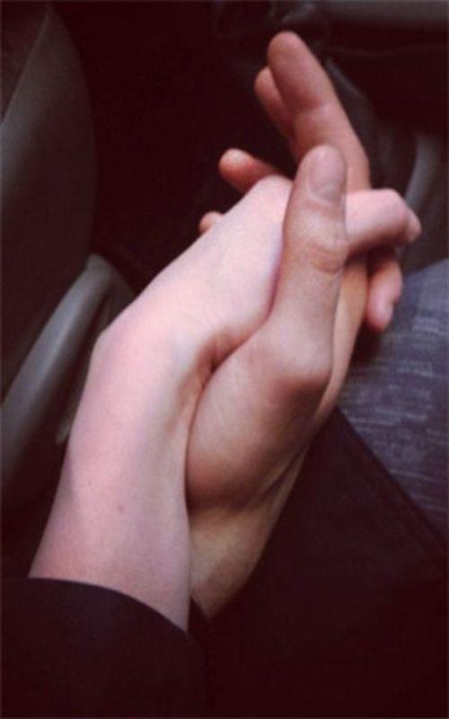 现实一点的男女手牵手照片_WWW.66152.COM