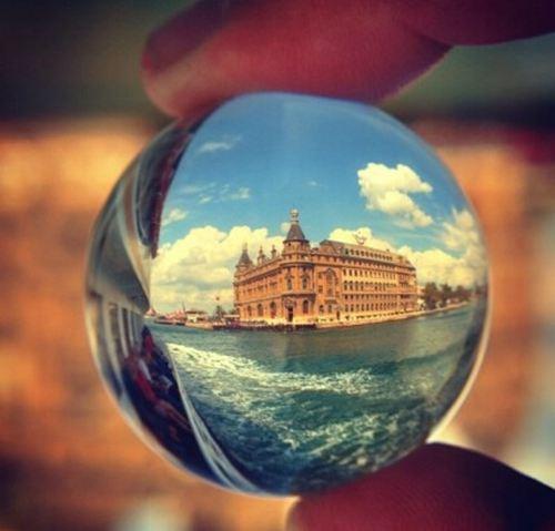 水晶球里的美丽景色图片_WWW.66152.COM