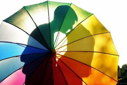 遮阳伞下的甜蜜爱情温馨图片_WWW.66152.COM