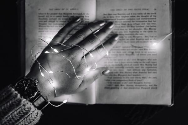 摆放在书本上的小灯泡图片_WWW.66152.COM