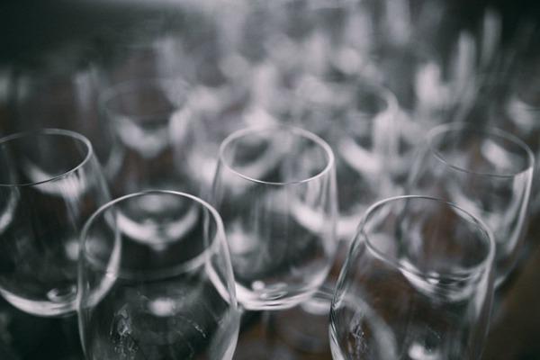 玻璃空酒杯的特写图片_WWW.66152.COM