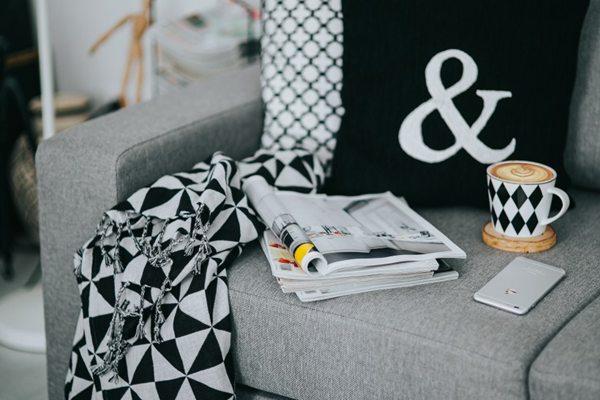 沙发上的杂志图片_WWW.66152.COM