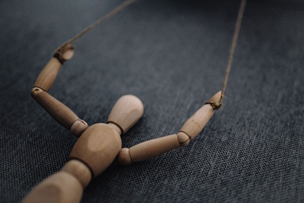 摆着各种姿势的木质模型图片_WWW.66152.COM