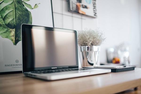 办公桌摆放的笔记本电脑图片_WWW.66152.COM