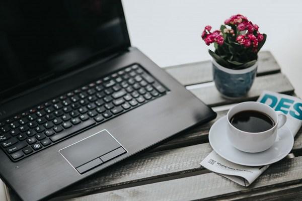 桌上的小粉花和一些物品的图片_WWW.66152.COM