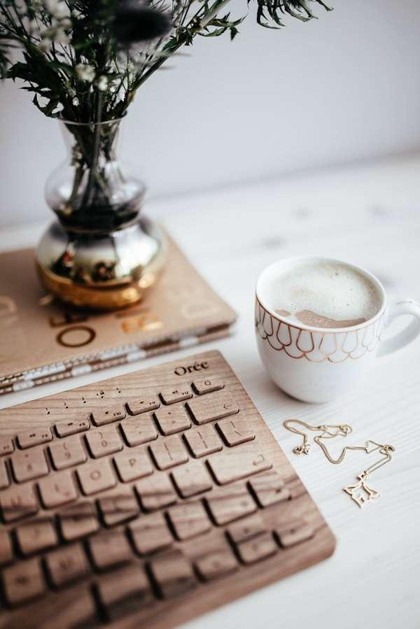 木制键盘的特写图片_WWW.66152.COM
