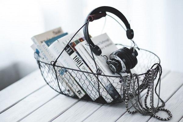 黑色耳机的摆放图片_WWW.66152.COM