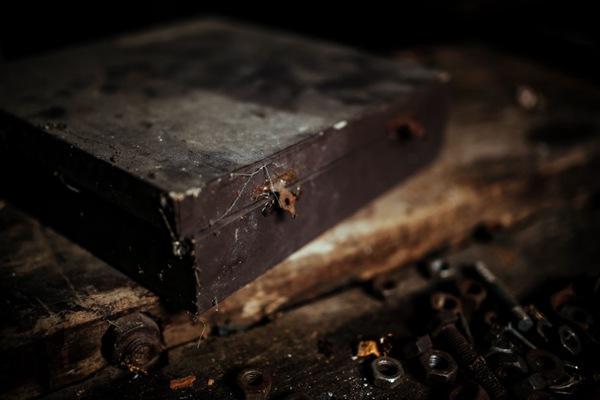 车间里的旧箱子图片_WWW.66152.COM
