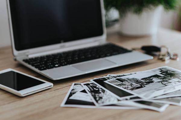 苹果笔记本电脑放在桌上的图片_WWW.66152.COM