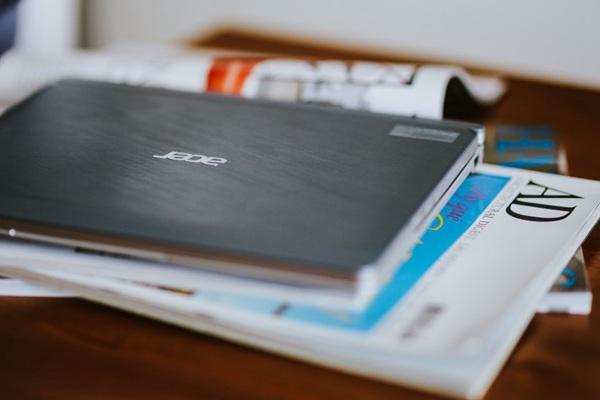 办公桌上的办公用品图片_WWW.66152.COM