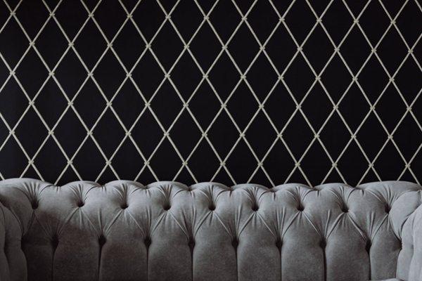 银色沙发的特写图片_WWW.66152.COM