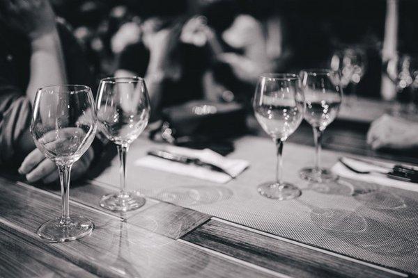 玻璃酒杯的特写图片_WWW.66152.COM