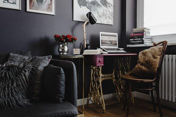 家庭办公室的紫红色桌子图片_WWW.66152.COM