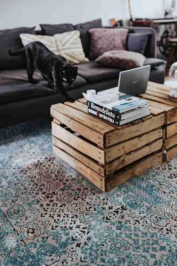 苹果笔记本电脑放在木桌上的图片_WWW.66152.COM
