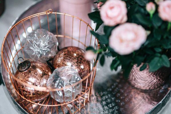 摆在桌上的圣诞球图片_WWW.66152.COM