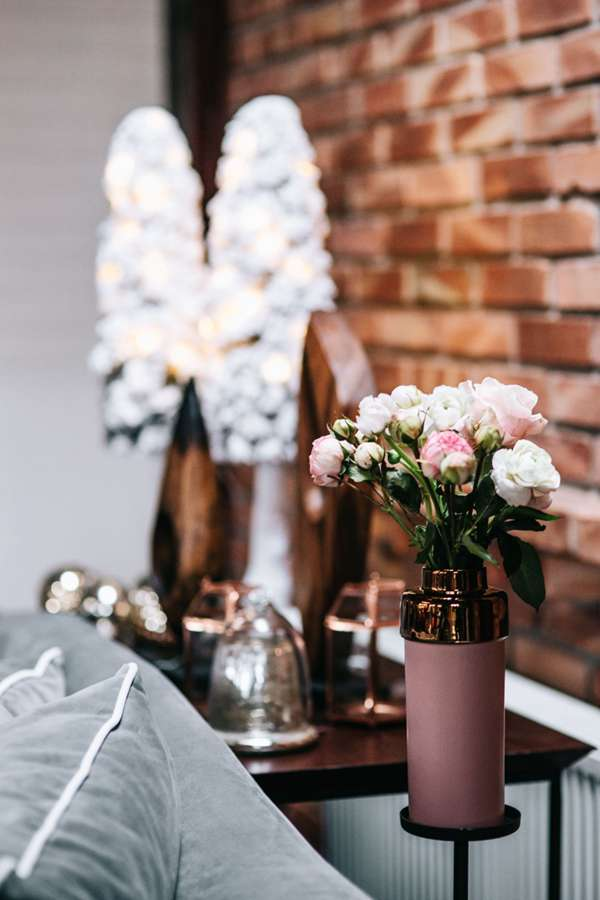 鲜花跟香薰蜡烛摆放的图片_WWW.66152.COM